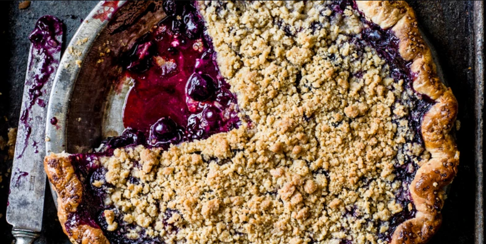 Black and blue crumble pie