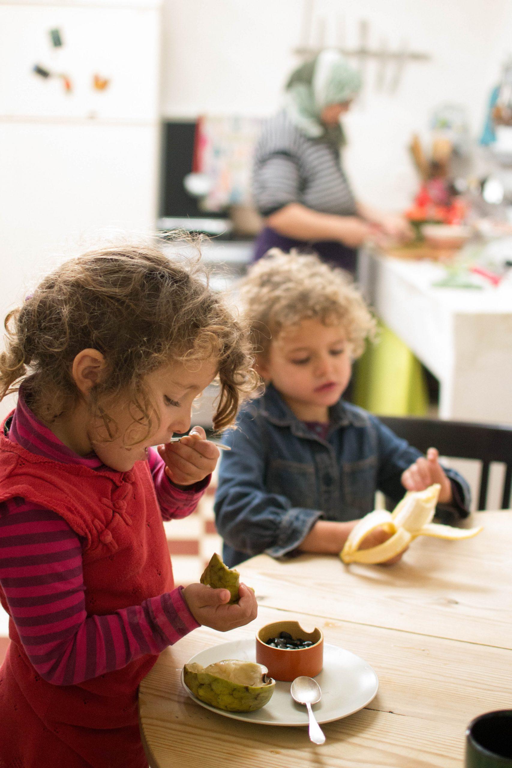 children eating healthy foods